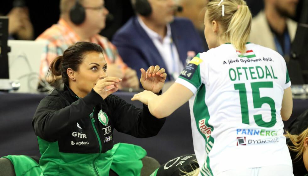 HEIET PÅ LAGVENNINNENE: Nora Mørk. Her med Stine Bredal Oftedal i lørdagens semifinale. Foto: Stephane Pillaud / NTB scanpix