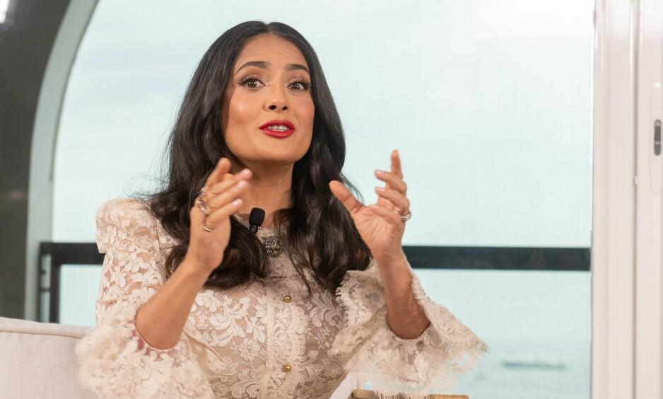 LIKELØNN: Salma Hayek snakket til frammøtte under debatten «Woman in motion», under filmfestivalen i Cannes. FOTO: NTB Scanpix