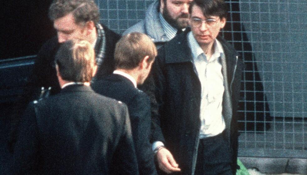 SISTE STOPP: Dennis Nilsen (t.h.) døde lørdag i fengselet i England etter å ha sonet 34 år. FOTO: AFP / NTB Scanpix