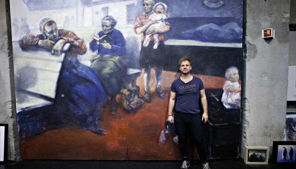 MORS FORTELLING: Maleriet bak Vebjørn Sand på over 3 x 4 meter, er basert på histore fra hans mor under krigen. - Kvinnen i bildet visste ikke han hun reiste sammen med sin døde sønn, som ligger i kista. Foto: Anders Grønneberg