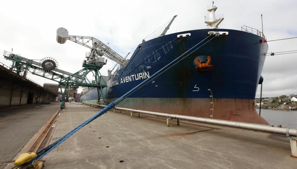 FRA BRASIL: Etter 18 dager til sjøs har båten med brasiliansk soya nådd bestemmelsestedet Øra utenfor Fredrikstad. Her skal selskapet Denofa videreforedle den. Denofa utmerker seg for miljøarbeid i Norge. Eierselskapet Amaggi Group er svært omstridt. Foto: Denofa