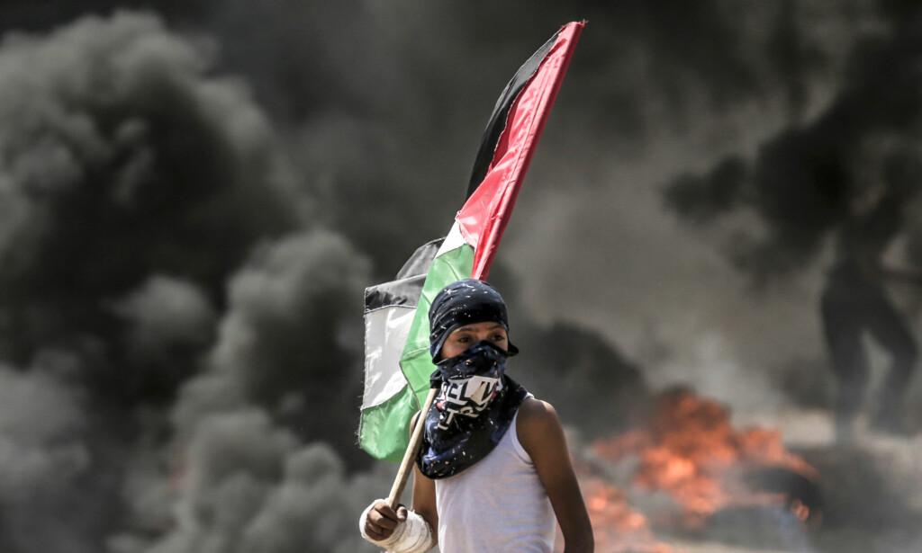 KONFRONTASJON: Konfrontasjon er melodien i Trumps tid. Her en palestinsk gutt fra massakren mandag. Foto: NTB Scanpix