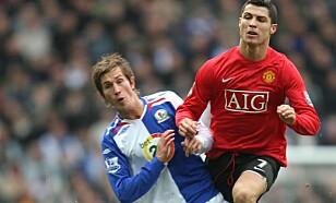 PRØVESPILL: Karim Auodia trente en periode med Blackburn og Morten Gamst Pedersen, her i duell med Cristiano Ronaldo. Foto: NTB Scanpix