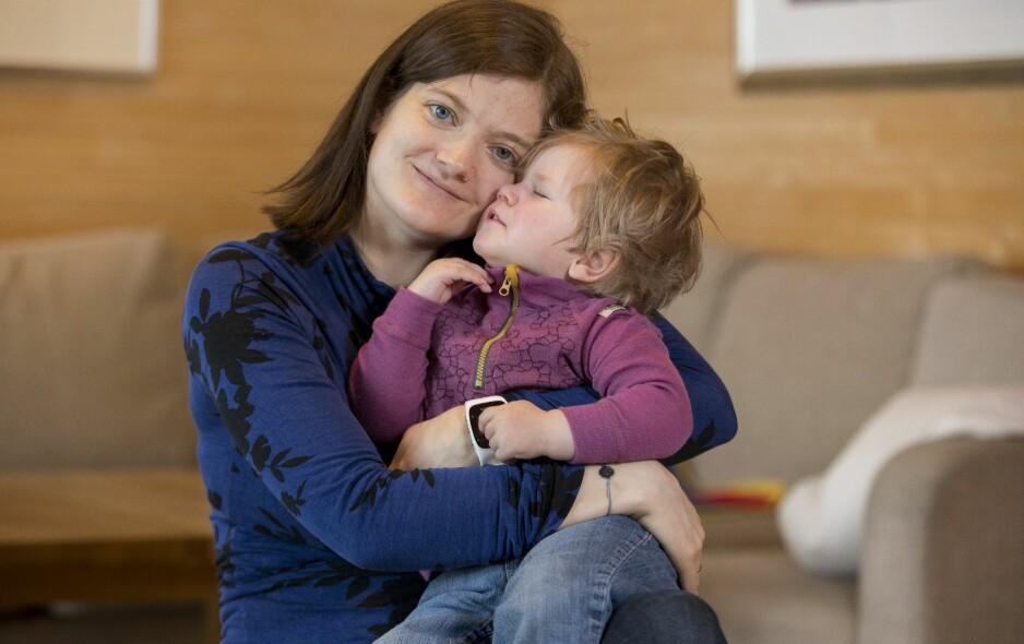 HJERNEHINNEBETENNELSE: Helle Cecilie med datteren Aurora, som ble født frisk, men fikk senskader etter en hjernehinnebetennelse. Foto: Espen Solli og privat