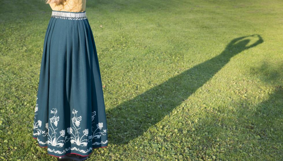 BUNADSKLEDD MORALPOLITI: Hvis du er jente og ikke har bunad må du altså finne deg i at antrekket ditt fortløpende blir vurdert av et bunadskledd moralpoliti, skriver artikkelforfatteren. Illustrasjonsfoto: Stig Børre Elvegård / NN / Samfoto