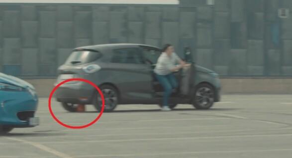 FULL FART: Her måtte Kristine (37) og Simon (34) i den grå bilen stoppe og plukke opp kjeglen de veltet. Det kostet dem dyrebare sekunder.