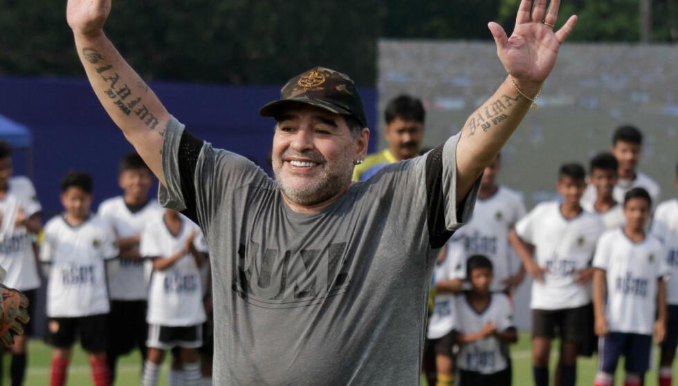 NY JOBB: Diego Maradona tar over som styreformann i hviterussiske Dinamo Brest etter et mislykket opphold i De forente arabiske emirater. Her avbildet i desember 2017 under en treningsleir for unge fotballspillere i Kolkata i India. Foto: Bikas Das / AP / NTB scanpix
