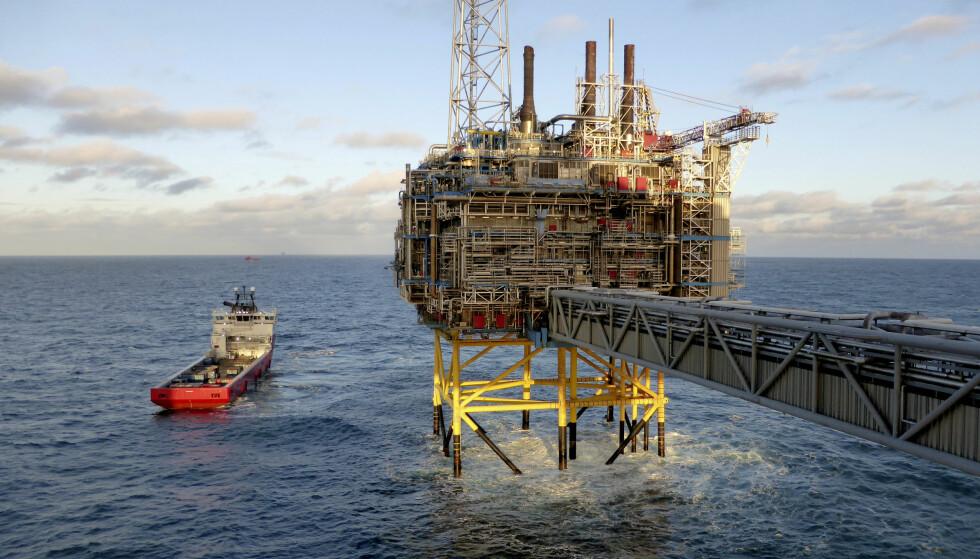 FØLGER PENGENE: Øystein Noreng er best når han skriver om oljeøkonomi. Her fra plattformen Sleipner utenfor Stavanger. Foto: NTB Scanpix