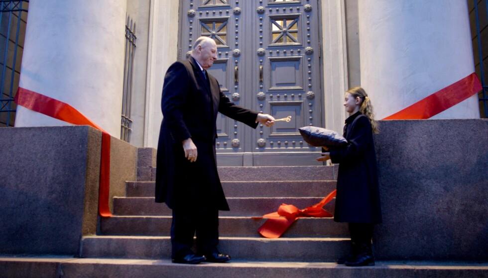ÅPNING: Kong Harald fikk hjelp med saksen av åtte år gamle Ida Madshus da han åpnet Nasjonalmuseet for arkitektur på Bankplassen i Oslo i 2008. Foto: NTB Scanpix