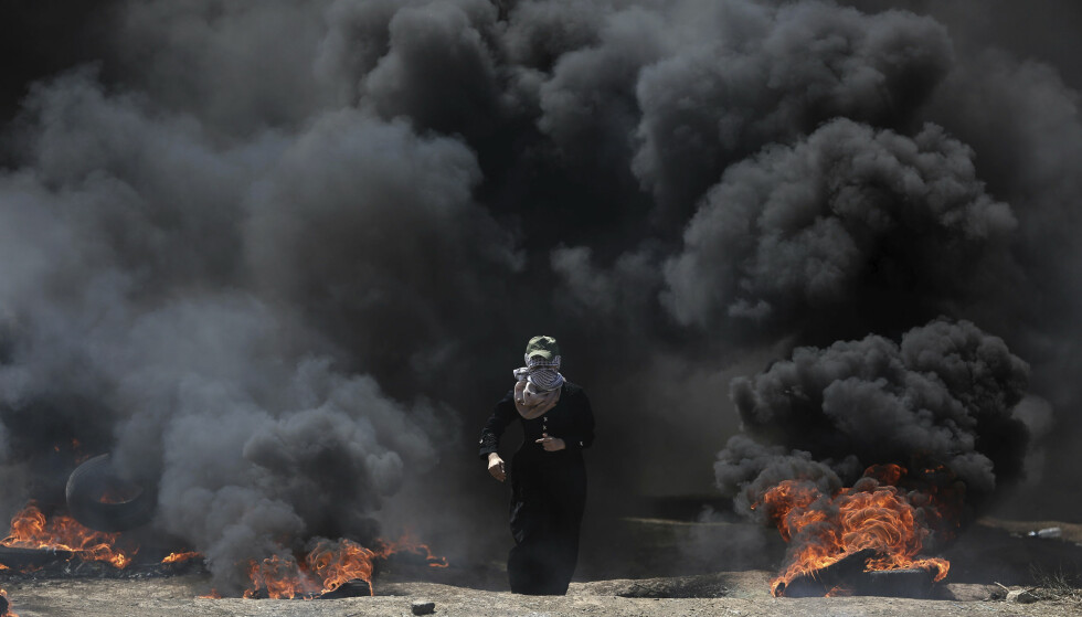 PROTESTER: De aller fleste palestinerne som ble drept av israelske styrker på Gazastripen mandag, var medlemmer av Hamas, opplyser en av gruppas ledere. Foto: Khalil Hamra / AP / NTB Scanpix