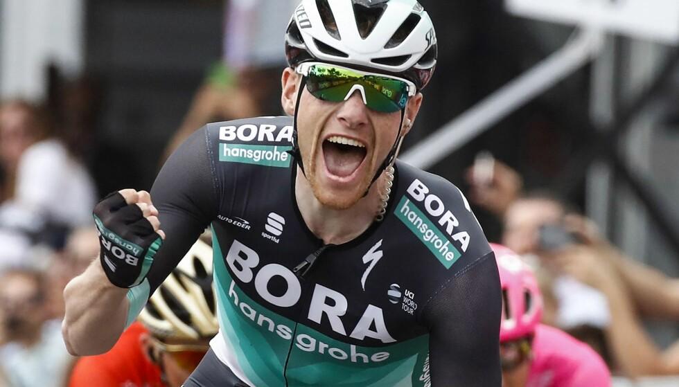 SEIER NUMMER TO: Torsdag tok Sam Bennett sin andre etappeseier i Giro d'Italia. Foto: AFP PHOTO / LUK BENIES