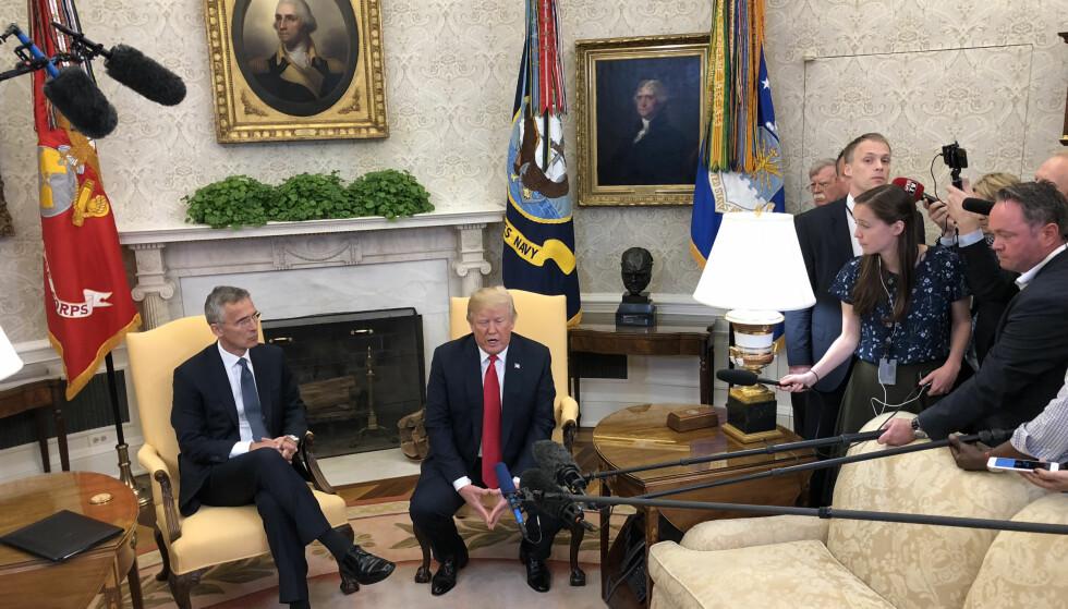 BEGEISTRET TRUMP: - Jeg er veldig glad for at du har fått forlenget jobben som generalsekretær. Du gjør en strålende jobb, sa Trump og ga Stoltenberg et av sine kjente - og beryktede - håndtrykk. Foto: Vegard Kristiansen Kvaale