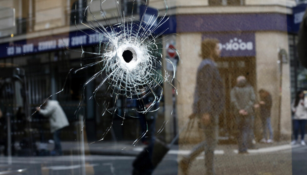 A bullet hole seen on the window of a cafe located near the area where the assailant of a knife attack was shot dead by police officers, in central Paris, Sunday May 13, 2018. The man behind a deadly knife attack in central Paris was born in Chechnya and had been on police radar for radicalism, and his parents have been detained for questioning, French authorities said Sunday. Foto: NTB Scanpix /AP