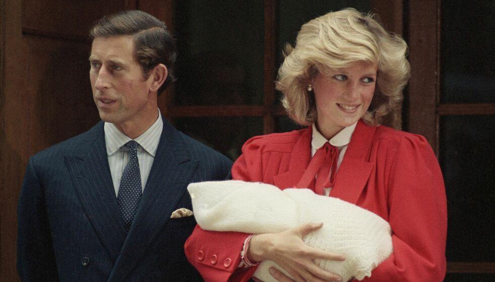 STOLT FAR: Prins Charles skal følge sin svigerdatter til alters lørdag ettermiddag. Her er han og prinsesse Diana fotografert sammen utenfor sykehuset, like etter at Harry ble født. Foto: NTB scanpix