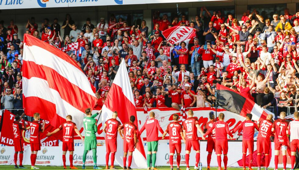 FOTBALLFEST: Branns spillere hylles av fansen. Nå tror Bergen på gull. Foto: Tor Erik Schrøder / NTB scanpix