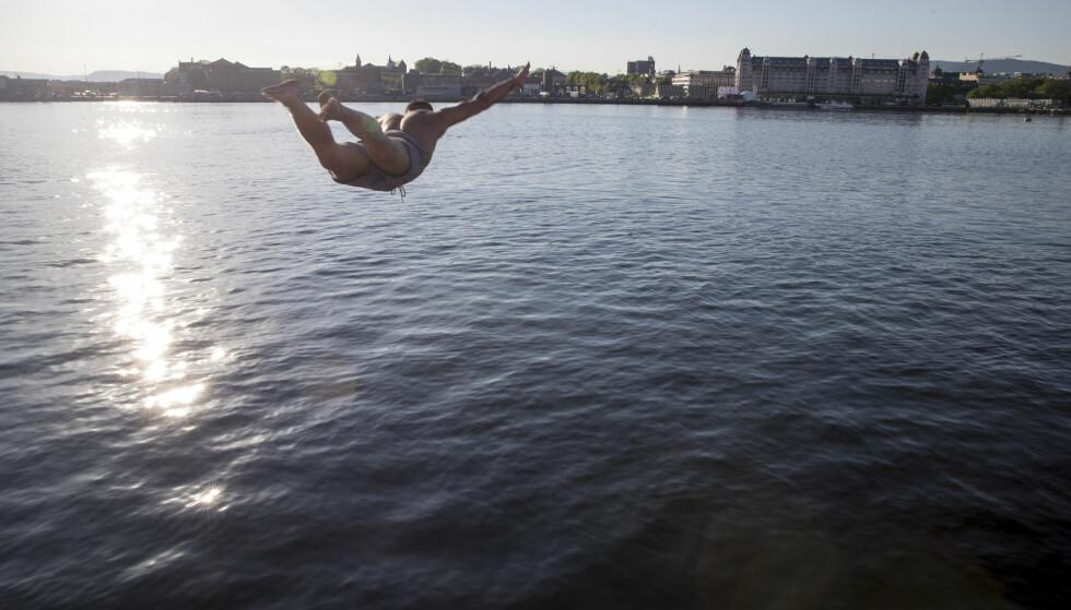 Flere er godt i gang med badesesongen i Sør-Norge, som opplevde sommervarme fram mot 17. mai. I pinsen blir det mye fint vær, men ikke like varmt som man har opplevd mange steder den siste tiden. Foto: Terje Pedersen / NTB scanpix
