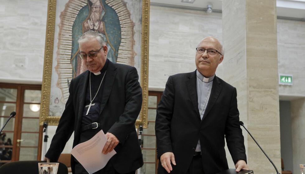 Luis Fernando Ramos Perez og Juan Ignacio Gonzalez, begge medlemmer av Chiles biskopkonferanse, etter et krisemøte med Pave Frans i Vatikanet fredag. Foto: AP / NTB scanpix.