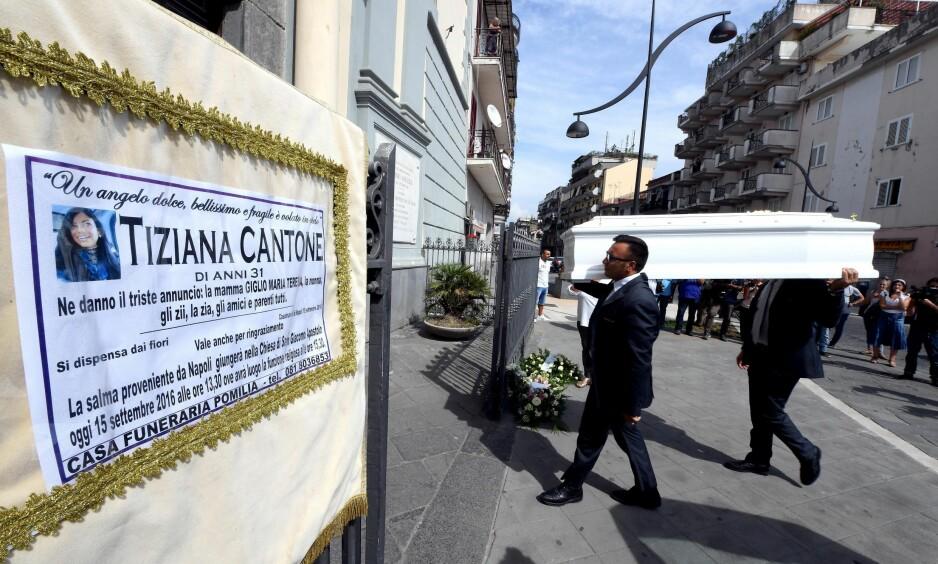 DIREKTESENDT: Da Tiziana Cantone ble gravlagt ble begravelsen sendt direkte av italienske medier. Foto: NTB Scanpix