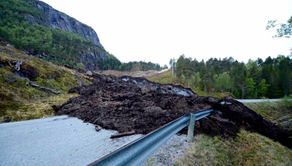 SPERRER VEIEN: Politiet fikk melding om ras i Snillfjord i Trøndelag seint fredag kveld. Tre personer er evakuert fra en nærliggende hytte. Det er usikkert om folk er isolerte. Foto: Fredrik Lien
