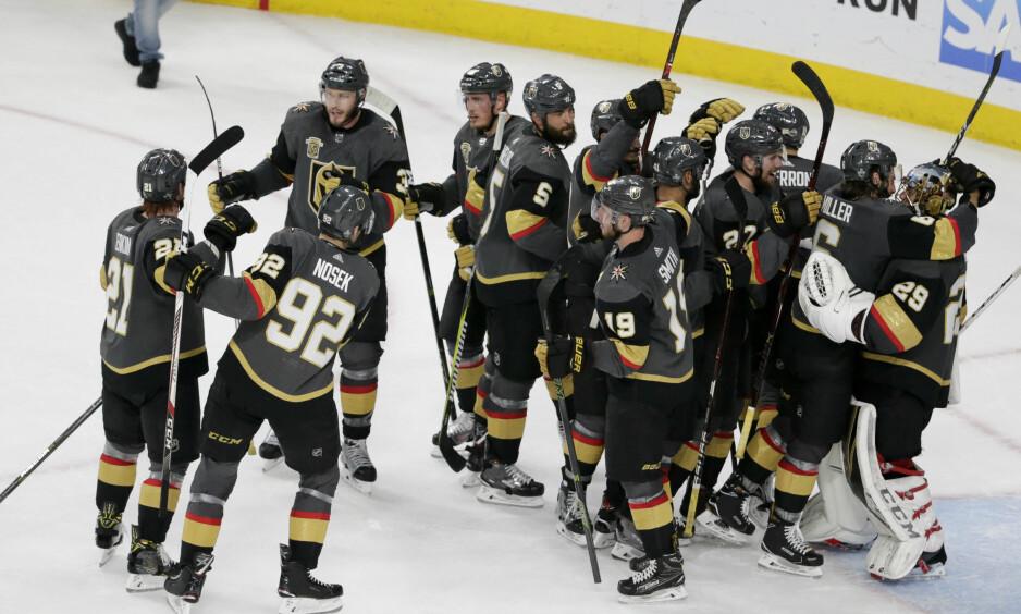 VANT IGJEN: Spillerne til Vegas Golden Knights jubler etter 3-2-seieren over Winnipeg Jets. Foto: NTB Scanpix