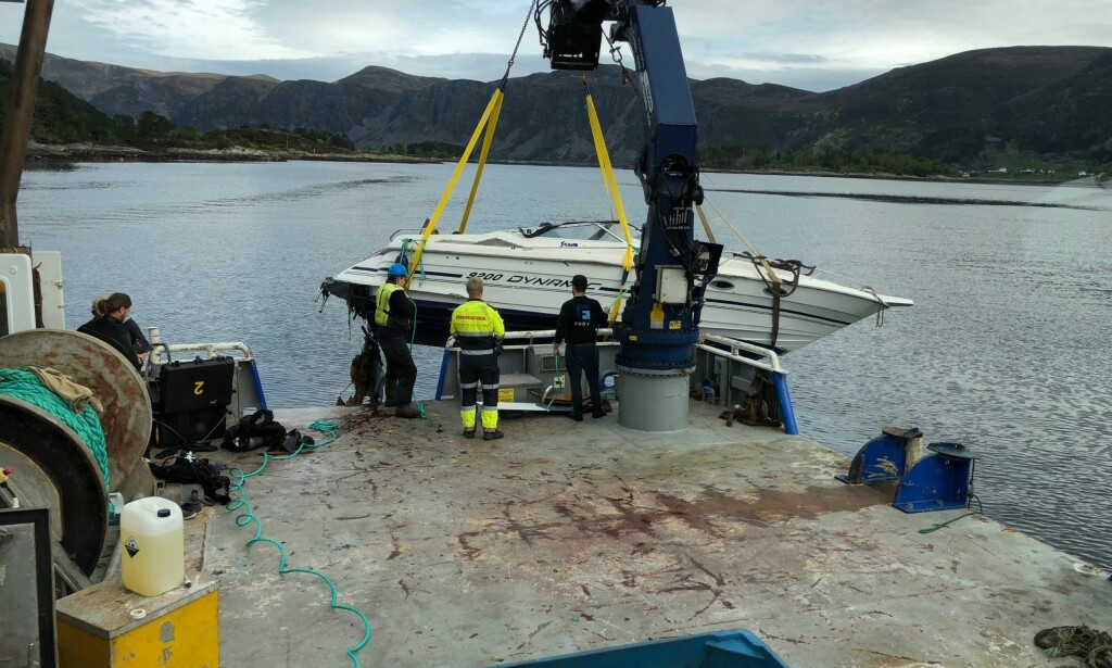 HEVET: Båten som var involvert i ulykken ble hevet etter at kvinnen som var om bord ble reddet ut. Foto: Redningsselskapet / NTB scanpix