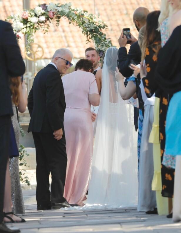 RØRT: Programleder Stian Blipp og Jamina Iversen ga hverandre sitt «ja» lørdag 19. mai. Blipp så tydelig rørt ut da han tok imot sin brud. Foto: Tor Lindseth