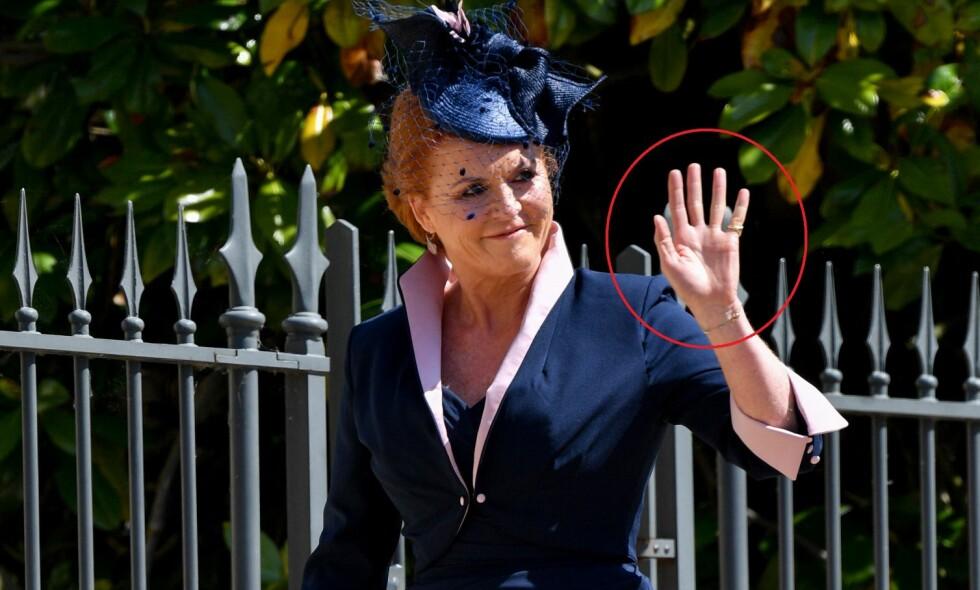 HVOR ER HANSKEN? Sarah Ferguson ankom bryllupet til Meghan Markle og prins Harry med strålende humør. Men én detalj ved antrekket hennes skaper forvirring. Foto: NTB scanpix