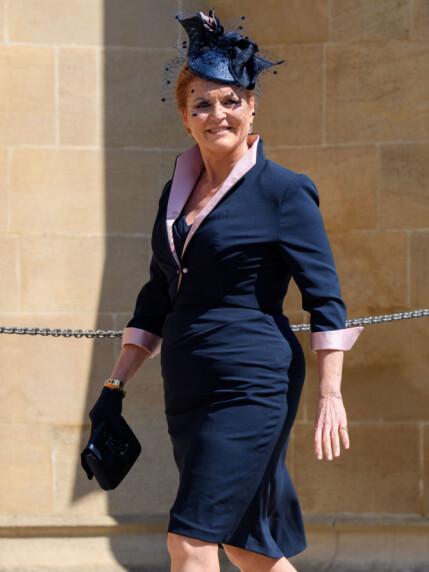 SMILTE BREDT: Sarah Ferguson var ikledd en marineblå kjole med matchende hodepynt. Foto: NTB scanpix