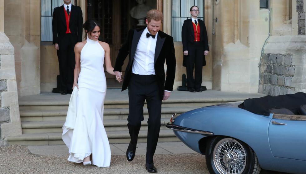 KJOLEBYTTE: Meghan Markle og prins Harry var klare for bryllupsfest ved Frogmore House i Windsor. Bruden byttet til en vakker Stella McCartney-kjole før festen. Foto: NTB scanpix