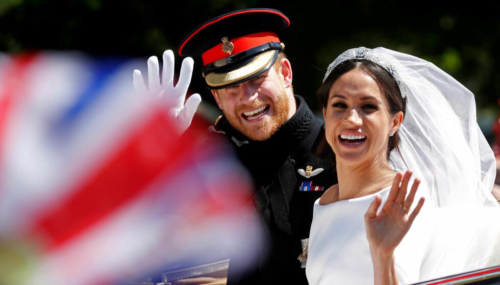 NYGIFT: Prins Harry og Meghan, nå hertuginne av Sussex, kjørte gatelangs i Windsor etter at de ga hverandre sitt ja i St. George kapell lørdag. Foto: NTB scanpix