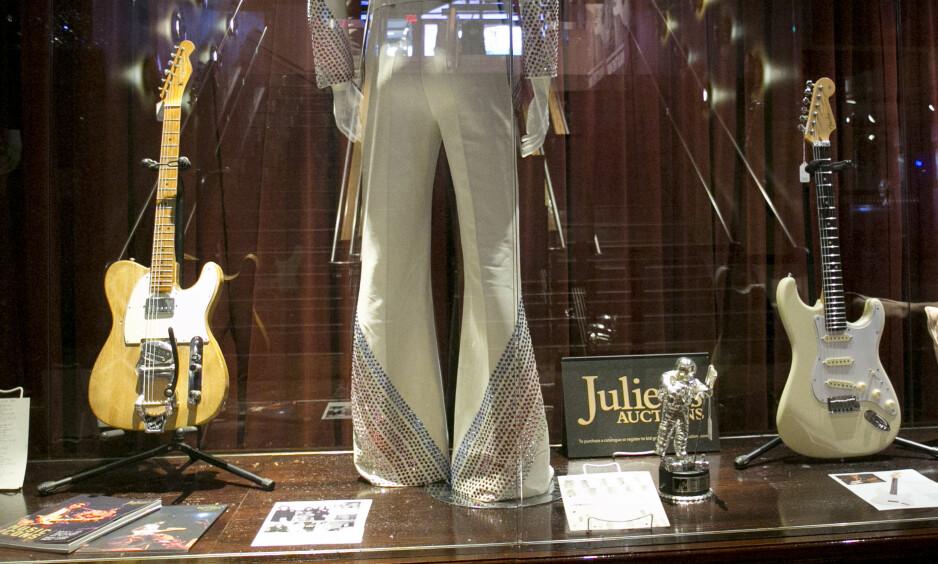 FENDER TELECASTER: Sjokk og oppstandelse ble resultatet da Bob Dylan la den akustiske gitaren på hylla og tok i bruk en elektrisk gitar (til venstre), eid av Robbie Robertson. I midten kan sees et scenekostyme som har tilhørt Elton John, og til høyre en gitar brukt av Jeff Beck. Foto: AP / NTB scanpix