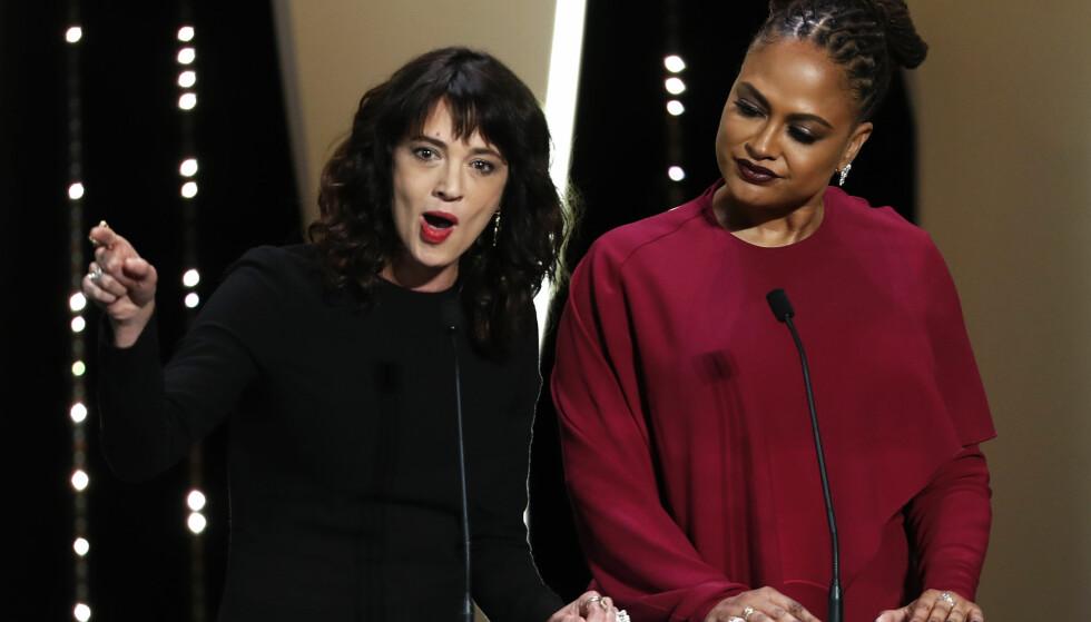 KLAR TALE: Den italienske skuespilleren Asia Argento kom med et klinkende klart budskap til filmbransjen fra scenen i Cannes lørdag: -Selv i kveld, blant dere som sitter her, er det noen som ennå ikke er blitt holdt ansvarlig for sin oppførsel mot kvinner, sier hun. Til venstre for Argento står jurymedlem Ava DuVernay. Foto: NTB scanpix / Reuters