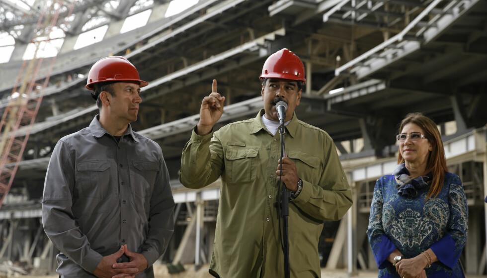 Venezuelas president Nicolás Maduro holdt lørdag en tale sammen med visepresident Tareck El Aissami og førstedame Cilia Flores. Foto: AP / NTB scanpix