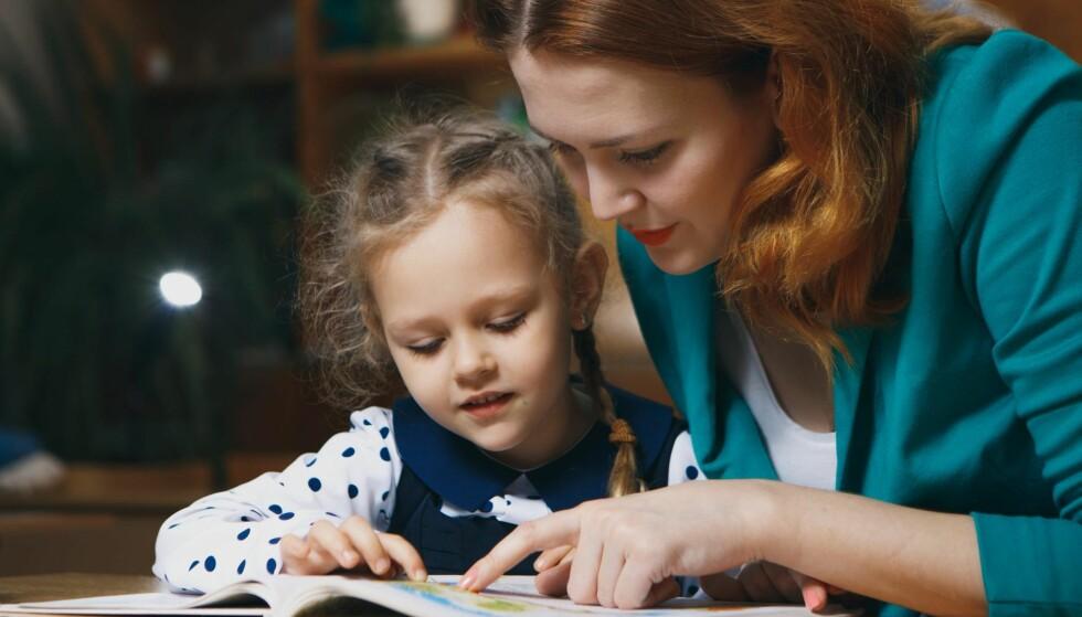 ULIK HJELP: De som har foreldre som har fri på ettermiddagen, får hjelp, andre gjør det ikke. Foreldre med høy utdannelse er gjennomsnittlig flinkere til å hjelpe enn foreldre uten, skriver artikkelforfatteren. Illustrasjonsfoto: NTB scanpix