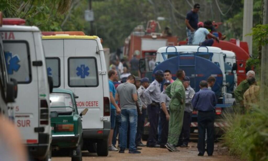 NØDETATER: Ambulansepersonell og brannvesen ved stedet der flyet styrtet. Foto: Yamil Lage / AFP / Scanpix