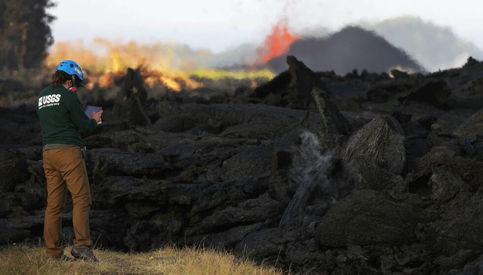 STORE MENGDER LAVA: En geolog undersøker Lava fra Kilauea på Hawaii 19. mai. Foto: Scanpix