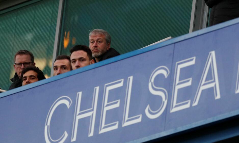 IKKE Å SE PÅ WEMBLEY: Chelsea-eier Roman Abramovitsj var ikke å se på Wembley under helgas finale i FA-cupen. Her er han på en av Chelseas siste hjemmekamper på Stamford Bridge i London i mars, før visumet hans nå angivelig er utløpt. Foto: NTB Scanpix/Reuters