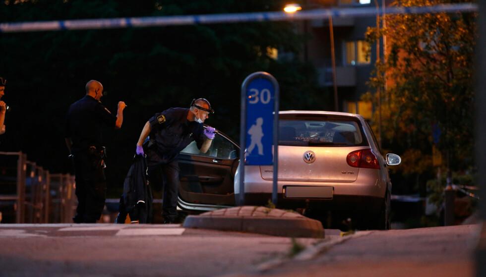 SKUTT OG DREPT: I denne bilen ble en mann skutt og drept søndag kveld. Politiet jakter nå en masket skytter. Foto: Henrik Jansson / Expressen