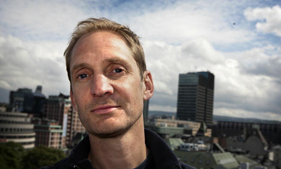 IDYLL: Arne Hurlen fra bandet Postgirobygget, med bygningen Postgirobygget i bakgrunnen. Foto: Anders Grønneberg