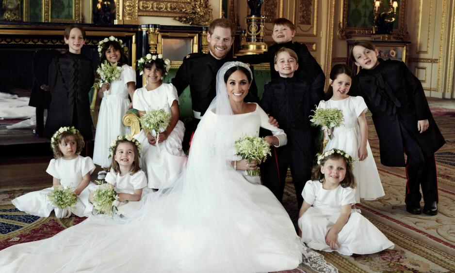 SMØRBLID GJENG: Prins Harry og Meghan Markle, nå kjent som henholdsvis hertug og hertuginne av Sussex, har delt tre nye offisielle bryllupsbilder med offentigheten. Her sammen med brudepiker og -svenner. Foto: Alexi Lubomirski / Kensington Palace / AP / NTB Scanpix