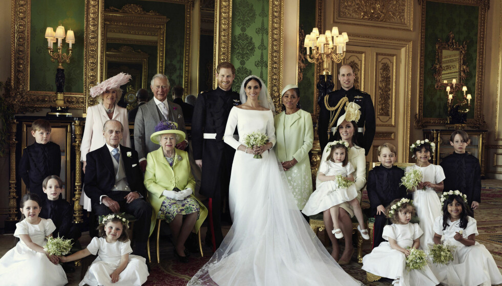 DEN STORE DAGEN: Bak fra venstre: Jasper Dyer, hertuginne Camilla, prins Charles, brudeparet, Doria Ragland, prins William. Midterste rad: Brian Mulroney, prins Philip, dronning Elizabeth II, hertuginne Kate, prinsesse Charlotte, prins George, Rylan Litt, John Mulroney. Foran fra venstre: Ivy Mulroney, Florence van Cutsem, Zalie Warren og Remi Litt. Foto: Alexi Lubomirski/Kensington Palace/AP/NTB Scanpix