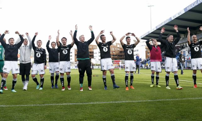 GLADE: Rosenborg-spillere jubler sammen med den tilreisende fansen. Foto: Jan Kåre Ness / NTB scanpix