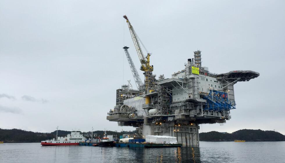 GIGANTPLATTFORM: På kvinnedagen i år, ble Aasta Hansteen-plattformen døpt. Den skal nå hente opp gass fra Norskehavet, men WWF frykter at Norge ikke vil tjene penger på utbyggingen. Foto: Nerijus Adomaitis / Reuters / NTB Scanpix