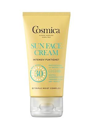 SPESIELT TIL ANSIKTET: Cosmica solkremer for ansiktet er ekstra fuktighetsgivende og trekker lett inn i huden uten å være klissete.