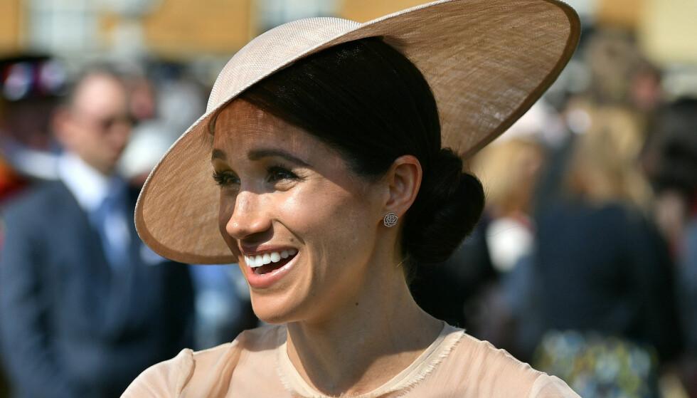 ALLEREDE ET MOTEIKON: Da Meghan Markle, nå kjent som hertuginnen av Sussex, viste seg i et nytt antrekk i dag, krasjet kjoledesignerens nettside. Foto: NTB Scanpix