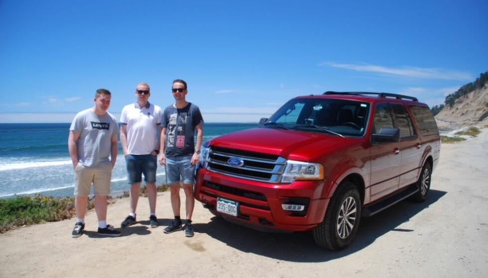 SØNNENE OG FORD-EN: André Malchereks tre sønner - Daniel, Markus og Fredrik - har blitt med fatter'n til USA på roadtrip. Da blir det ikke like stas å dra på sydentur etterpå. Her fra San Simeon, Highway 1.