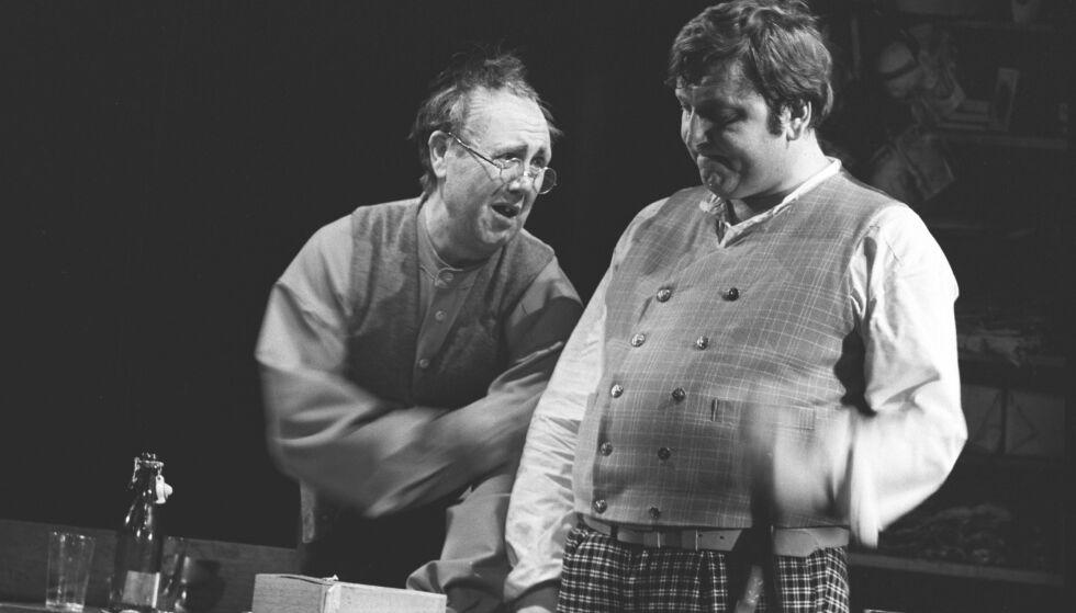 DØD: Rolf Sand (t.v.) sammen på scenen med Rolv Wesenlund. Foto: Aage Storløkken Aktuell / Scanpix