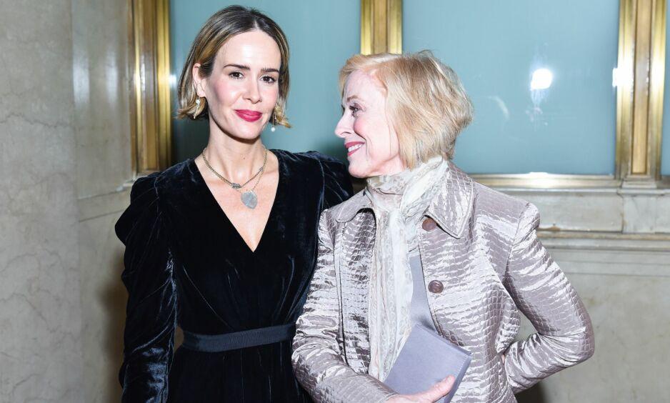 KJÆRESTER: Skuespillerne Sarah Paulson og Holland Taylor har vært i et lykkelig forhold sammen siden 2015. At det er 32 år mellom dem, bryr de seg fint lite om. Foto: NTB scanpix