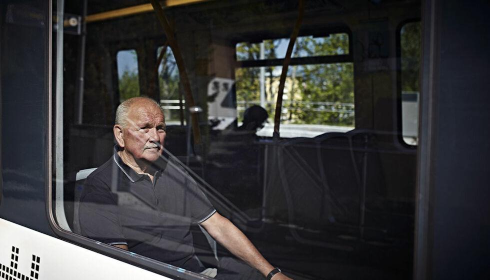 Tar banen: Lasse Andersson (73) har blitt vant til å kjøre kollektivt etter at han mistet lappen på grunn av fyllekjøring. Foto: Geir Dokken