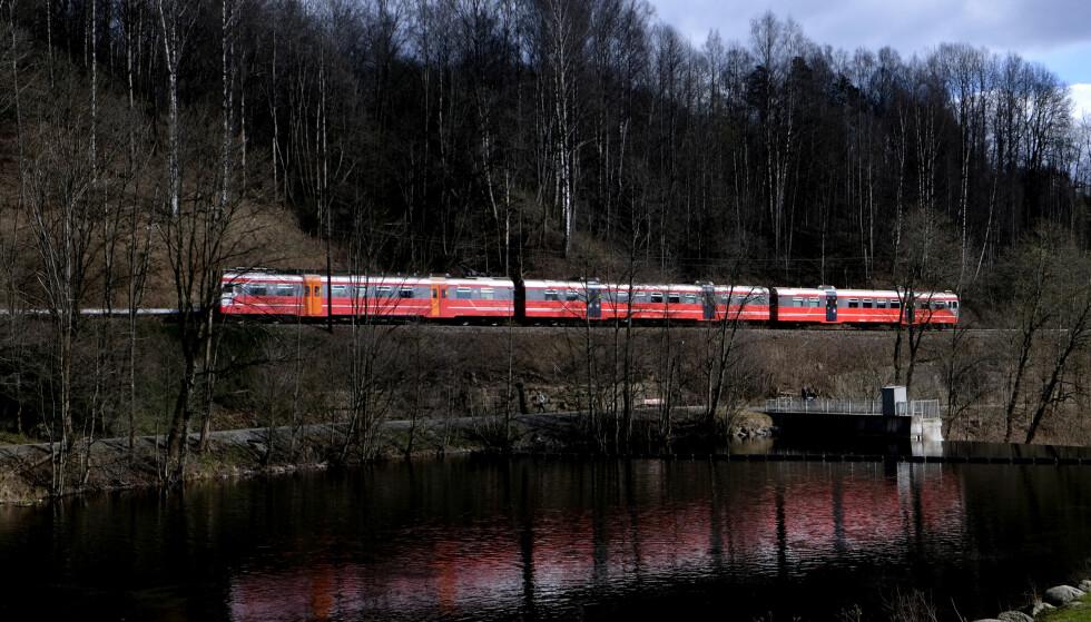 STENGT: Gjøvikbanen er jernbanen mellom Oslo og Gjøvik. Her passerer toget ( NSB type 69) demningen i Nydalen (Oslo). Foto: Vidar Ruud / NTB scanpix
